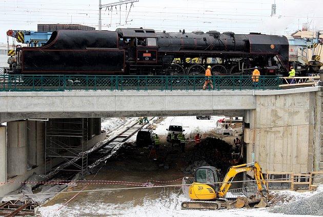 Zátěžová zkouška mostu přes Mikulášskou ulici.