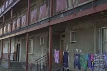 Novou klubovnu pro děti a mládež chce vybudovat v nechvalně proslulém pavlačovém domě v Jateční ulici městská policie ve spolupráci s organizací Tady a teď.