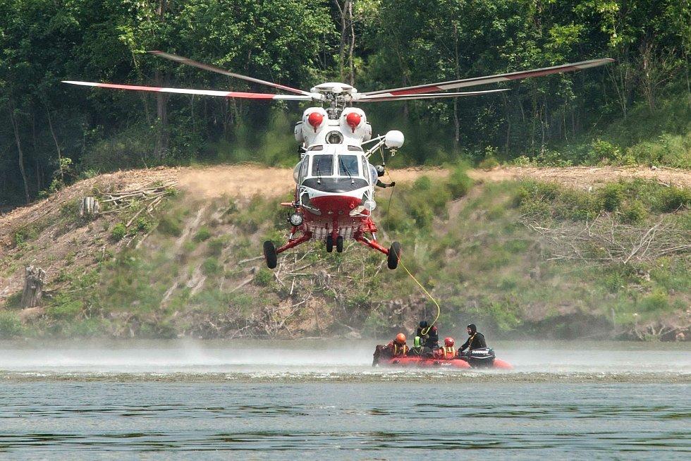 Cvičení hasičů a leteckých a vodních záchranářů na přehradě České údolí v Plzni na Borech.
