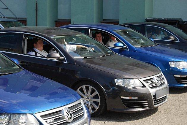 Policejní vozy VW Passat na parkovišti plzeňského dopravního inspektorátu