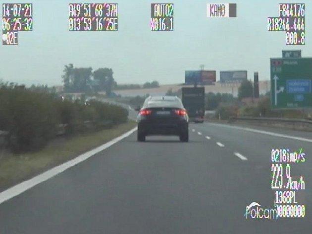 Řidič ujížděl policii po dálnici D5 rychlostí vysoko přes 200 km/h