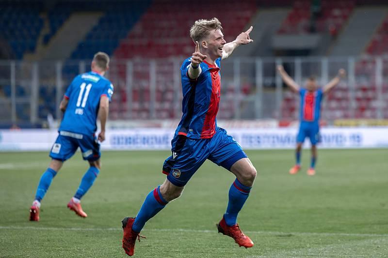 Mladý plzeňský záložník se raduje z vítězného gólu do sítě Příbrami.