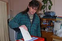 Hodit hlas do urny v sobotu přišel i Pavel Nowak. Stejně jako všichni ostatní hlasoval zbytečně. Generálka před dalšími dvěma letošními volbami se stala předgenerálkou