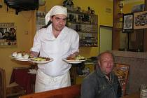 Hostinský Jan Moravec roznáší obědy
