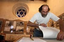 Fotografie z akcí neonacistů a komunistů, dobové dokumenty nebo články z novin budou do 30. září k vidění v plzeňské Staré synagoze.