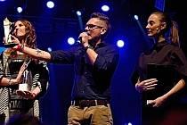 Jarda Hudec (uprostřed). Ředitel hudebních cen Žebřík  při loňském slavnostním vyhlášení  v areálu DEPO2015 spolu s Bárou Polákovou (vpravo)