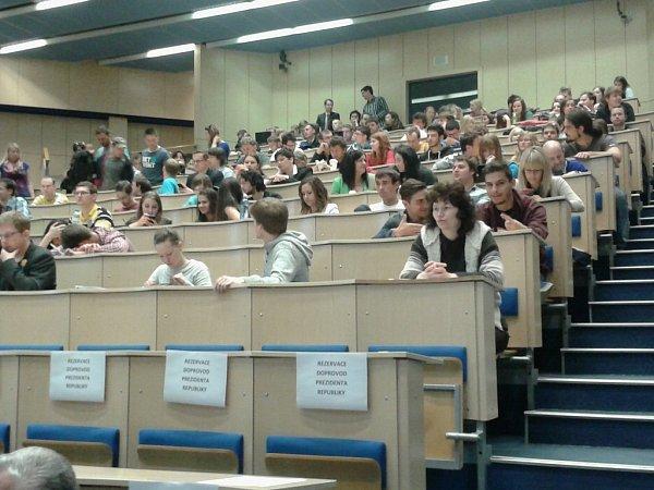 Studenti čekají na prezidenta Miloše Zemana