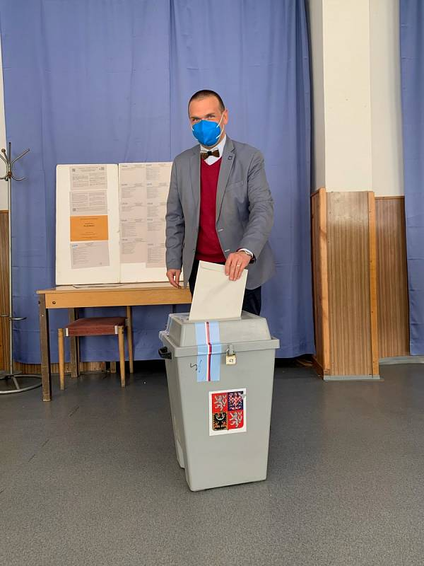 Odvoleno už má také plzeňský primátor a krajský lídr koalice SPOLU Martin Baxa. K volbám do radobyčické sokolovny ho doprovodila manželka.