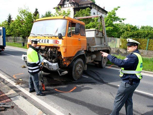 Nehoda na křižovatce Karlovarské třídy a ulice Boženy Němcové.