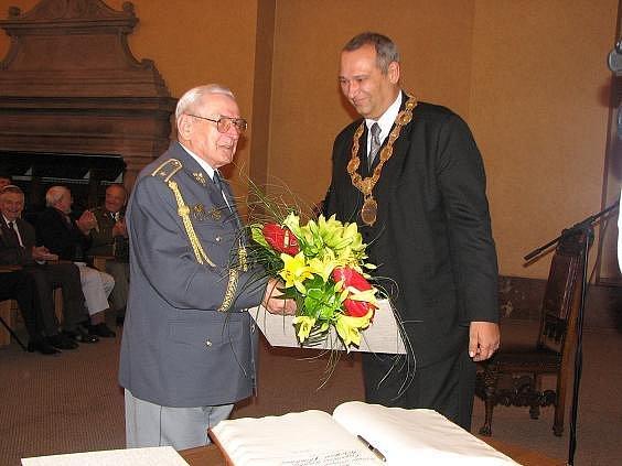 Válečný letec Miroslav Štandera přebírá od primátora Plzně Pavla Rödla diplom s udělením čestného občanství města.