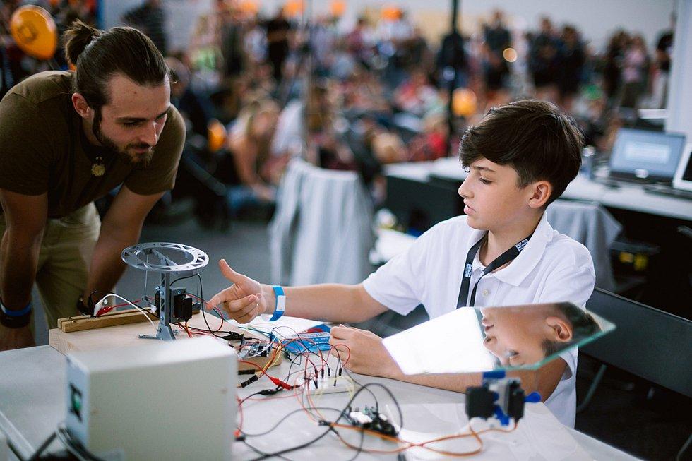 Druhý ročník přehlídky kutilů a vynálezců Maker Faire Plzeň přivítá o víkendu areál DEPO2015. Na těchto festivalech sdílejí své zkušenosti a nadšení makeři všech věkových kategorií.