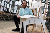 Manažer Kreativního inkubátoru Ondřej Kašpárek pózuje u židle od firmy Designed & Crafted, kterou úspěšně nastartoval právě Kreativní inkubátor