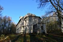 Zdevastovaný kostel získá novou korunní římsu