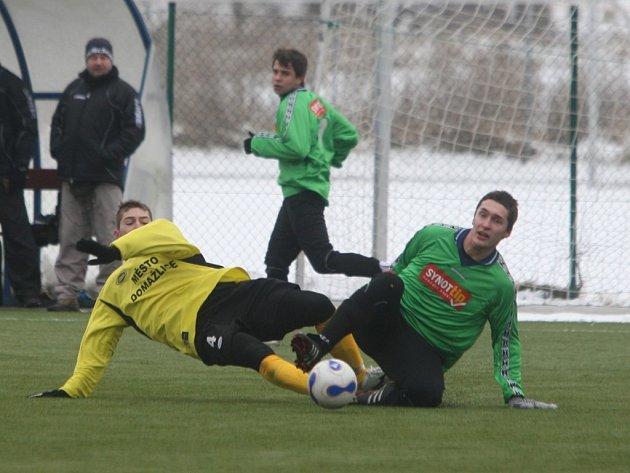 Přípravný zápas fotbalistů Domažlic (ve světlém) a Rokycan skončil vítězstvím domažlických hráčů 1:0. Vítěznou trefu zaznamenal Bauer