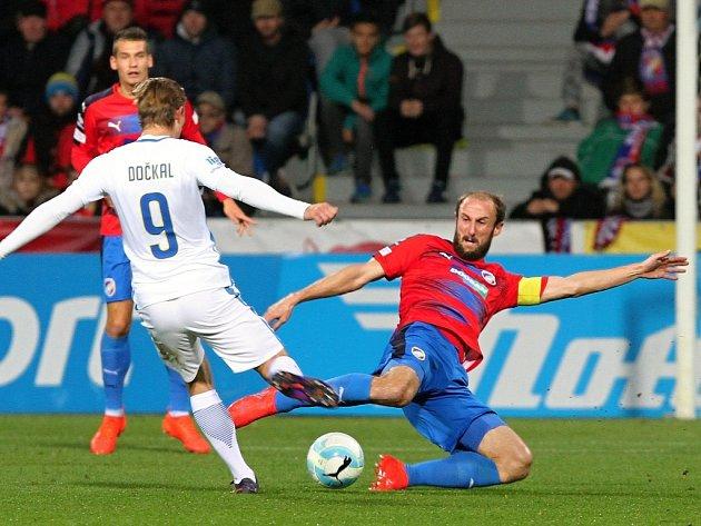Roman Hubník (vpravo v souboji s Bořkem Dočkalem) nastoupil do utkání se sebezapřením po bolestivém zranění. Patřil však  ke klíčovým hráčům a přihrál na jediný gól zápasu.