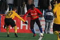 Američan Johann Anwar Ryan Smith (v červeném), který je ve Viktorii Plzeň na testech, se ukázal i ve čtvrtfinálovém utkání s Dynamem Drážďany
