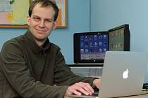 Jaromír Tichý jako lektor TyfloCentra učí klienty pracovat s  počítačem nebo mobilním telefonem