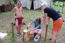 Zatluč hřebík jednou ranou byla soutěž na loňském táboře pořádaném dnešickými skauty z oddílu Palcát