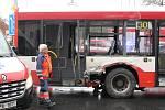 Nehoda tramvaje a autobusu v Plzni na Borech