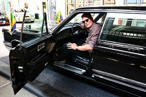 Filip Turek s autem, s nímž jezdil africký diktátor.