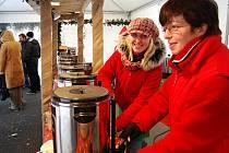 """Dáša Loosová a Martina Kupcová (vlevo) byly nadšené, že ´jejich´svařák ohodnotila degustační porota jako nejlepší ze všech. """"Děkujeme a přejeme hezké Vánoce,"""" volaly na rozloučenou."""