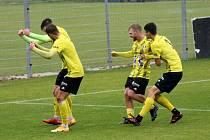 FK Robstav Přeštice (žlutí) hraje s Lomem. Uspěje?