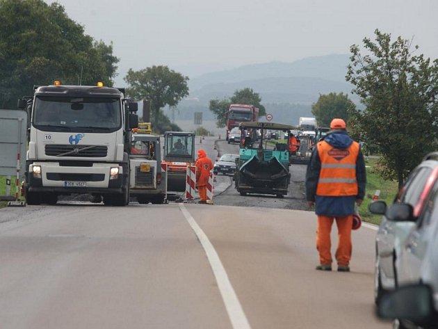 Kolony na silnici I/27 nedaleko Chlumčan způsobila oprava povrchu vozovky