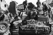 Vojáci 30. pěší divize prohlížejí zničený německý tank v osvobozeném Marigny
