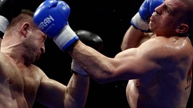 Na archivním snímku Tomáš Mrázek (vlevo) boxuje s Lukášem Šudou
