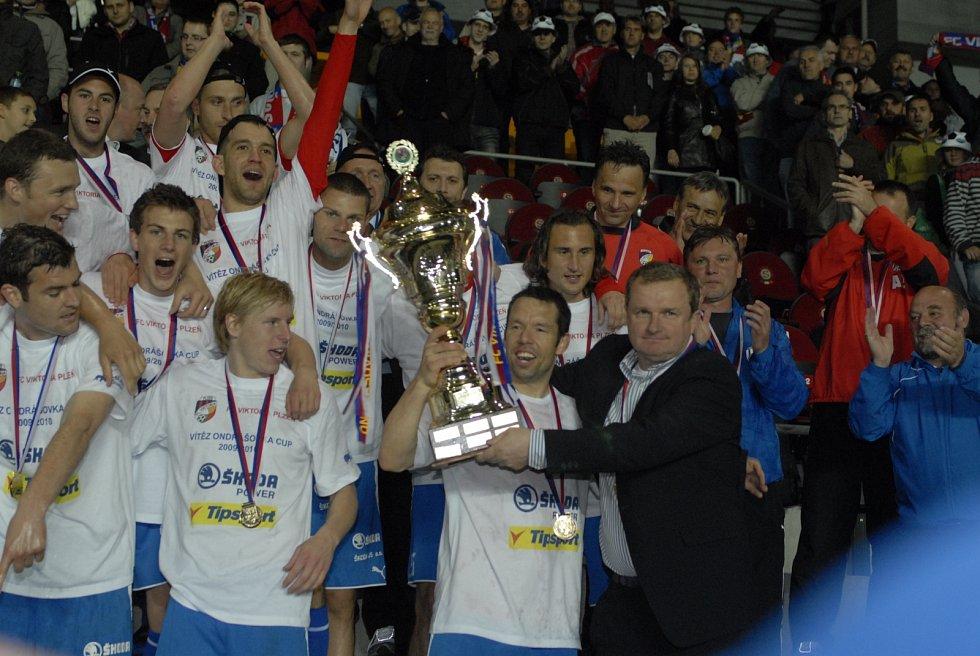 Na tribuně přebíral Pavel Horváth pohár s trenérem Pavlem Vrbou.