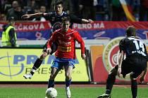 Záložník Viktorie Milan Petržela (u míče) prochází kladenskou obranou, po faulu na něj byla nařízena penalta, ze které poslal Rezek Plzeňany do vedení.