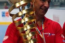 Asistent trenéra hokejbalové reprezentace Rostislav Kurfürst s trofejí pro mistry světa.