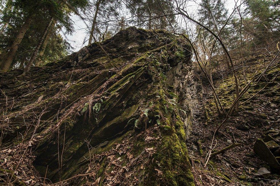 Okolní skaliska i podloží jsou tvořeny fylitickou břidlicí.