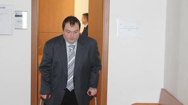 Václav Šampalík, bývalý zastupitel za KSČM a klatovský lékař dostal za nehodou, kterou vloni v létě způsobil trest zákazu řízení na tři roky a 40 měsíců podmínky, při jejímž porušení 30 měsíců vězení. Pojišťovně musí zaplatit 250 tisíc korun.