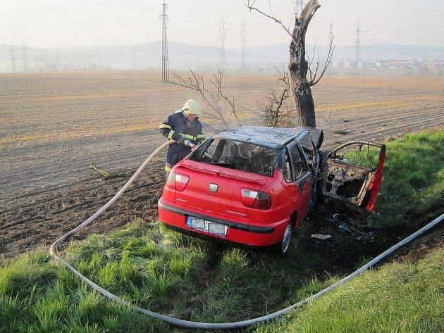 Osobní auto vyjelo ze silnice mezi Přešticemi a Horní Lukavicí a narazilo do stromu. Po nárazu začalo hořet, cestující se dostali včas ven