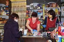 Prodejci v obchodech se chrání, jak mohou. Zatímco v malých krámcích nepouštěli ve středu dovnitř nikoho bez roušky, v plzeňském Kauflandu se museli smířit s tím, že někteří zákazníci se nijak nechrání. To totiž ještě neplatilo nové nařízení vlády.