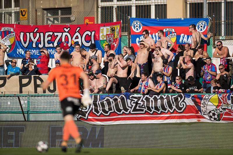 Do pražského Ďolíčku vyrazila svoje miláčky potěšit početná skupina fanoušků, v parném odpoledni jim bylo pořádné vedro.