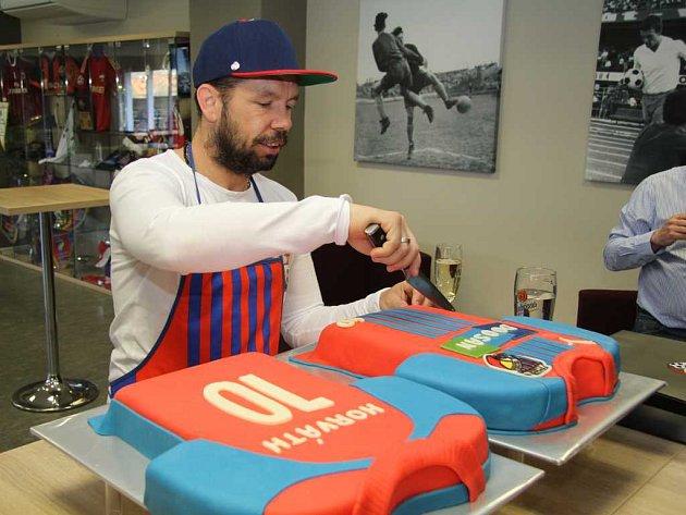 Pavel Horváth porcuje dort, který dostal ke 40. nrozeninám