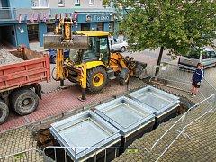V centru města se buduje pět nových podzemních šachet, do kterých se zabudují  kontejnery na separovaný odpad.  Na snímku kontejnery v Kovářské ulici