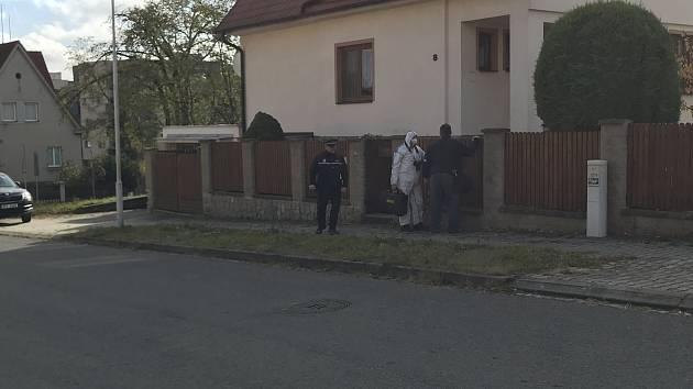 Při zákroku policie v Plzni zemřel muž, dobýval se do domu příbuzného.