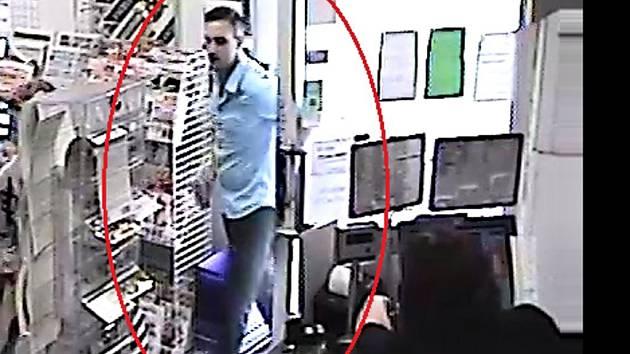 Zloděje při jednom z nákupů zachytila kamera.