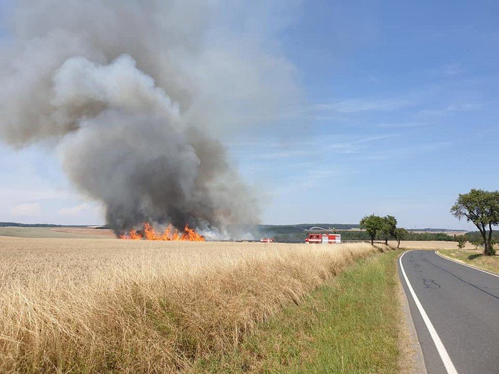 Požár pole u Stříbra. Foto: Facebook města Stříbra