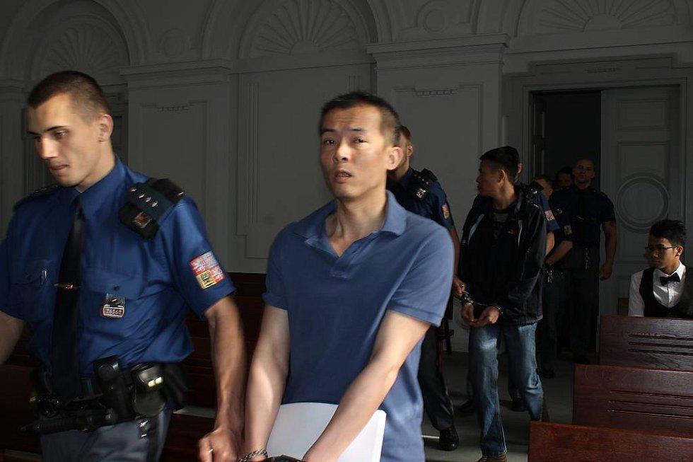 Vězeňská stráž přivádí obžalované k hlavnímu líčení