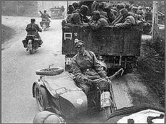 Německé jednotky Waffen SS přeskupují obranné síly v městečku La Haye du Puits
