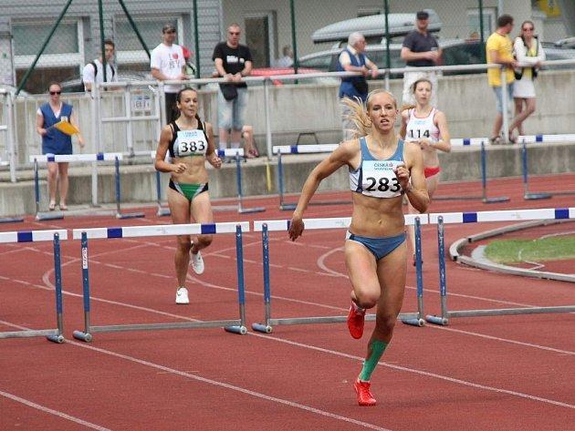 Atletka AK Škoda Plzeň Jana Reissová (v popředí) získala v Jablonci nad Nisou mistrovský titul na trati 300 m překážek v kategorii dorostenek. Svým časem 42,04 s zároveň vytvořila nový český rekord