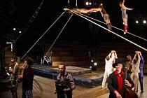 Akoreacro: Klaxon. Soubor Akoreacro tvoří desítka akrobatů ahudebníků, kteří společně vystupují už téměř patnáct let. Je to poslední zahraniční soubor plzeňské Sezony nového cirkusu, za níž vprosinci udělá  tečku domácí Cirk La Putyka