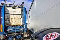Svozový vůz a kontejner společnosti Čistá Plzeň připraveny na kampaň Léčiva do odpadu nepatří