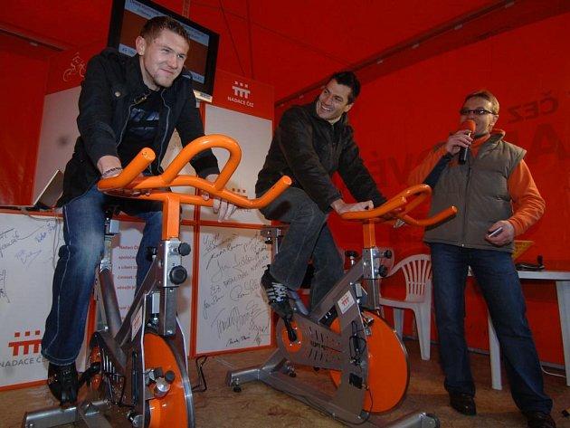 Obránci prvoligové Viktorie Plzeň Jan Halama a Petr Knakal (zleva) včera svojí účastí podpořili akci Oranžové kolo, kterou pořádala nadace ČEZ