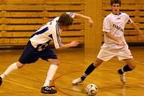 Kapitán futsalového Indossu Plzeň Lukáš Böhm (vpravo) se snaží zastavit průnik jednoho z pardubických hráčů v utkání závěrečného kola první ligy kategorie do 16 let