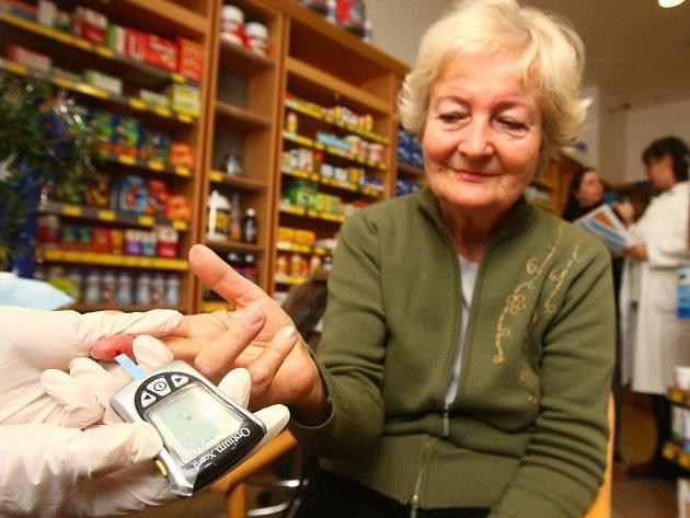 Malinký vpich do prostředníčku a během několika vteřin víte, jak na tom s hladinou cukru v krvi jste. Zájem o měření od diabetické asociace byl v plzeňské lékárně Lloyd na Borských polích velký. Na snímku s klientkou zdravotní sestra Vilma Fránová